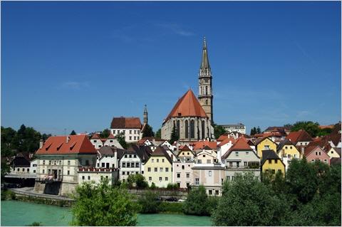 Blick über die Enns Richtung Altstadt mit der Stadtpfarrkirche
