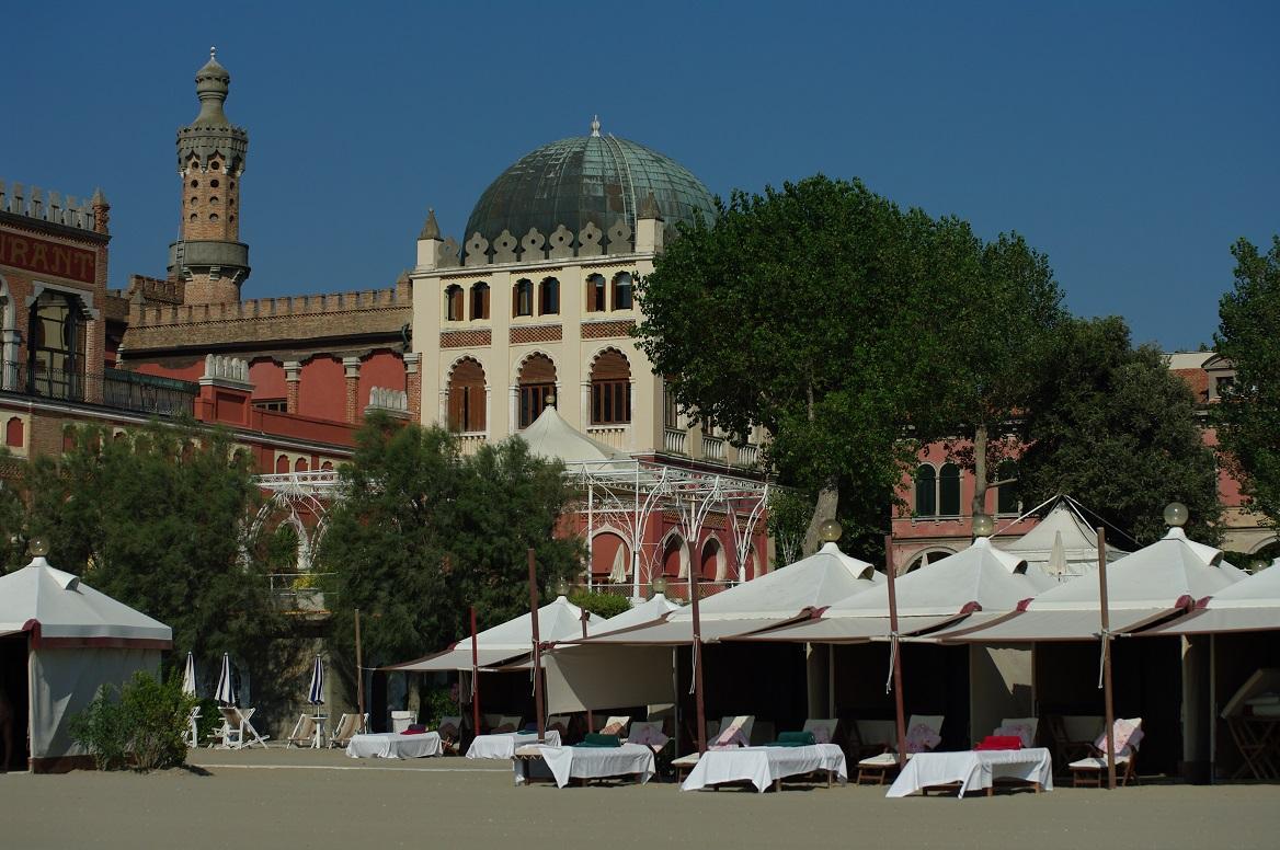 Es gibt für jede Preisklasse das passende Hotel: Ob Luxusherberge (wie das Excelsior am Lido von Venedig, siehe Foto) oder günstiges Haus einer bekannten Kette.
