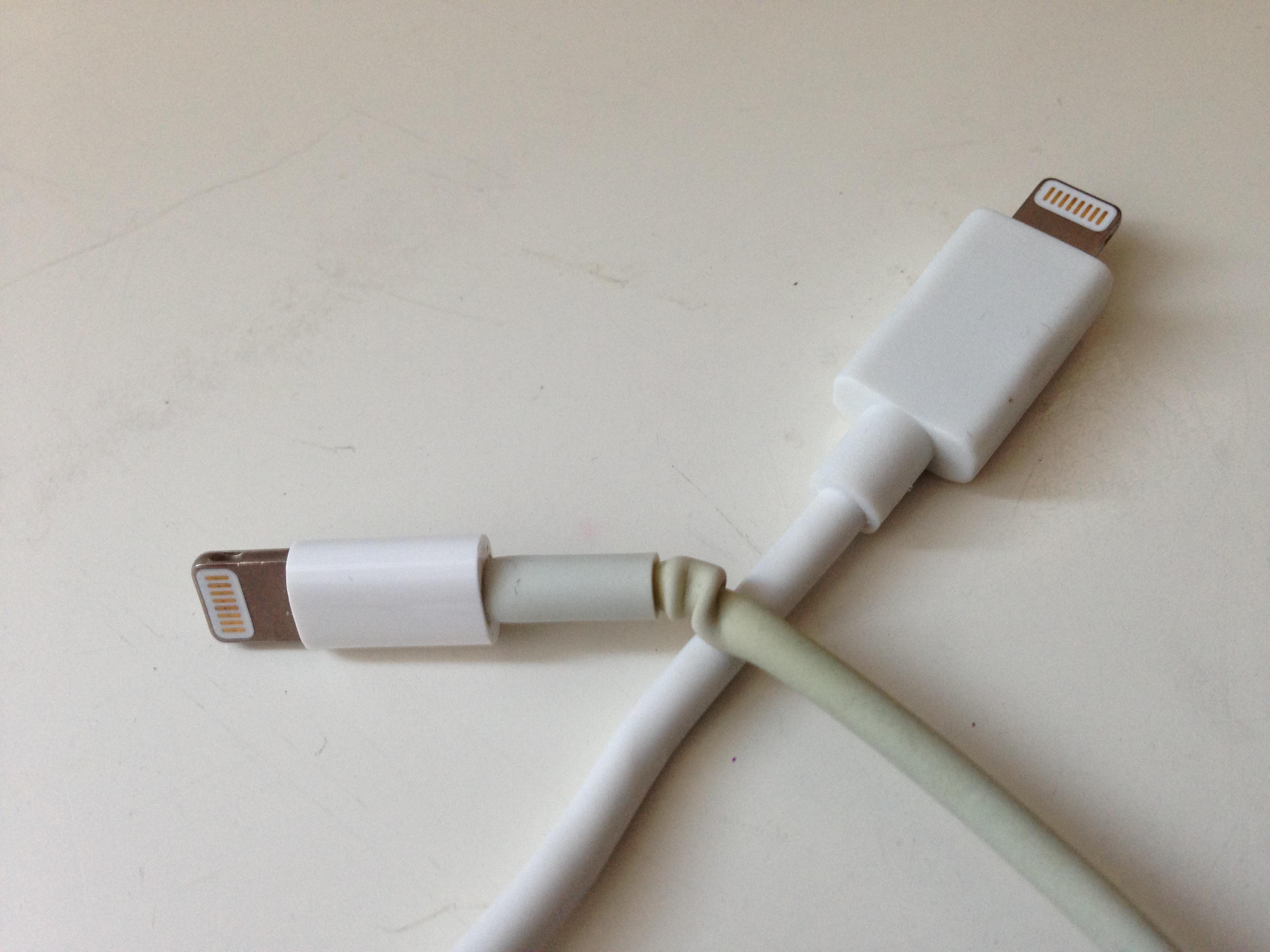 Ein Original-Lightning Kabel von Apple (links) und ein zertifzierter Nachbau von Sandberg (rechts) im Vergleich