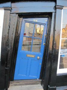 Haustüren gibt es in unterschiedlichsten Ausführungen und man kann sie sogar günstig im Internet bestellen