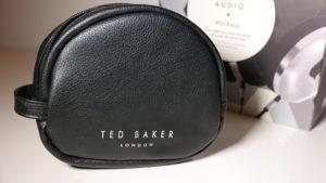 Das klappbare Headset kann für den Transport in der mitgelieferten Tasche verstaut werden